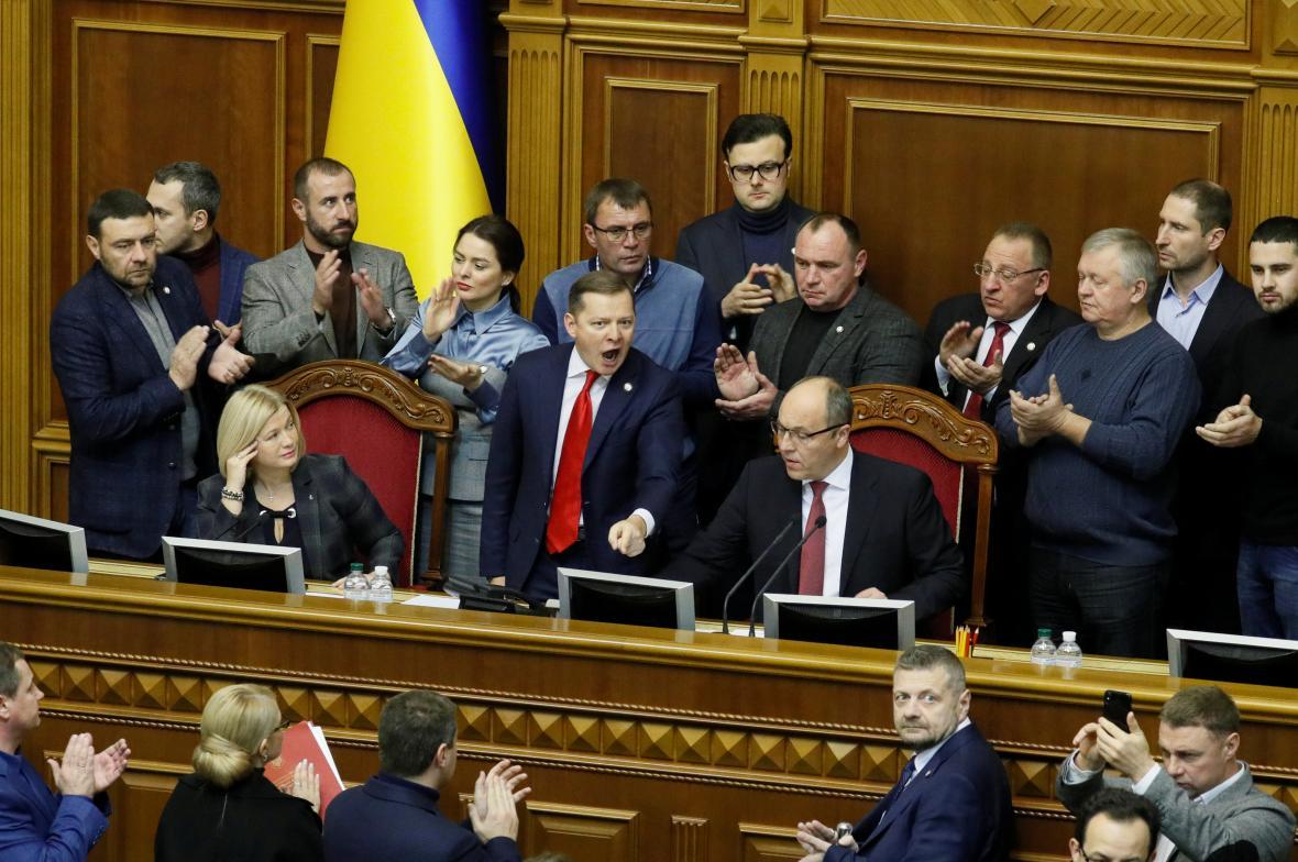 Schůzi ukrajinského parlamentu provází hádky