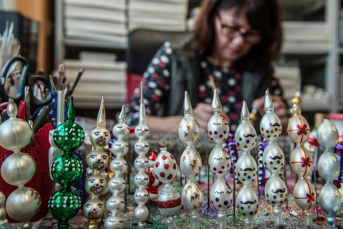 Výroba vánočních ozdob z dutých skleněných perliček v Poniklé na Semilsku