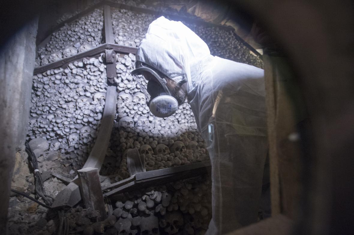 Restaurátor Tomáš Král při rozebírání jedné z pyramid v kutnohorské kostnici