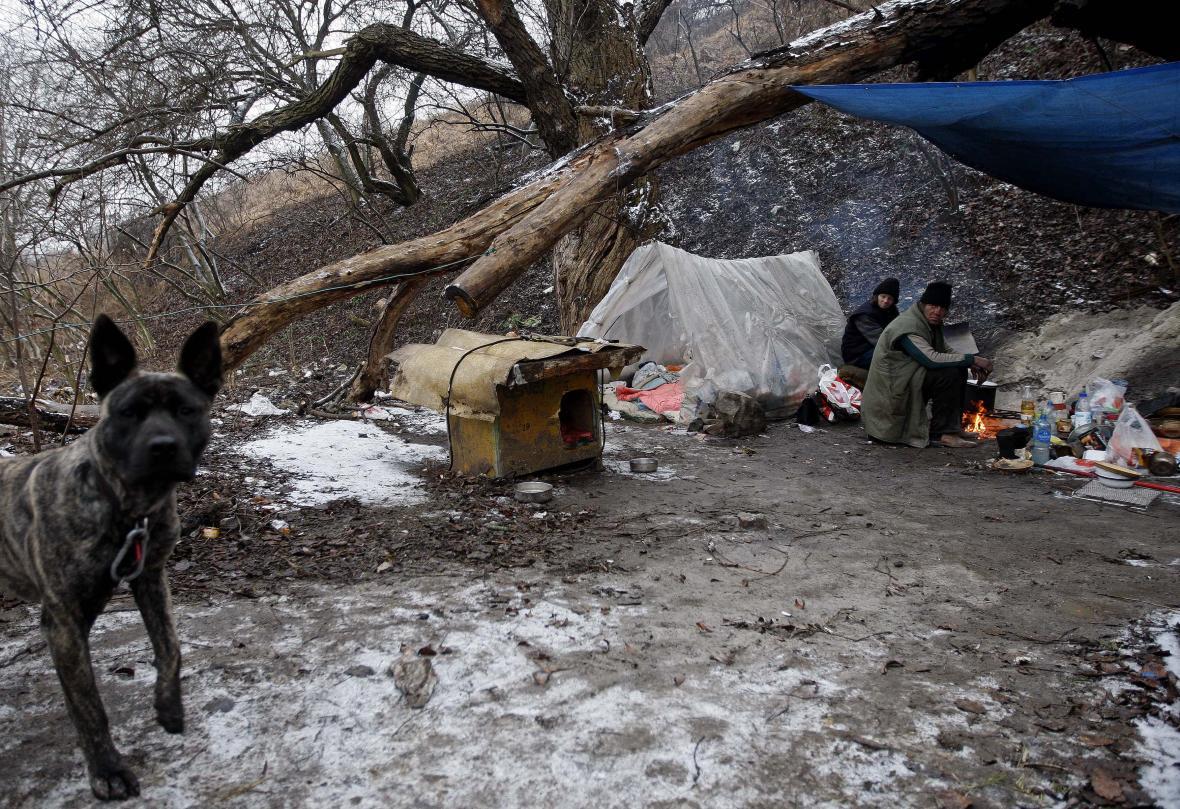 Maďarký pár bez domovav lese za Budapeští