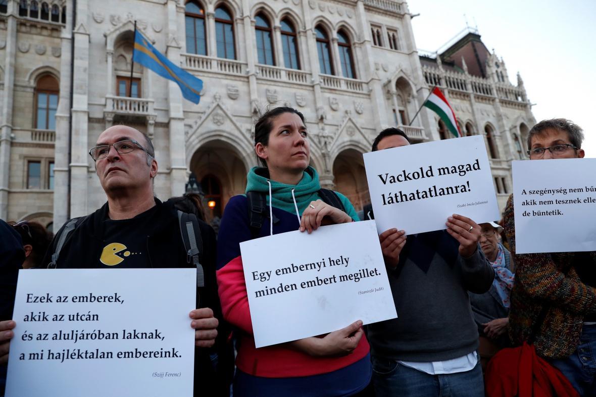 Prostesty před maďarským parlamentem proti zákonu o bezdomovectví