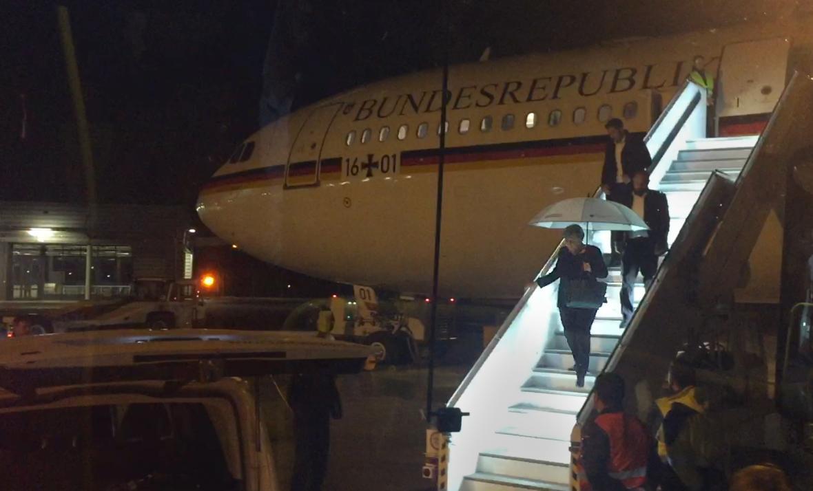 Merkelová po přistání na letišti u Kolína nad Rýnem