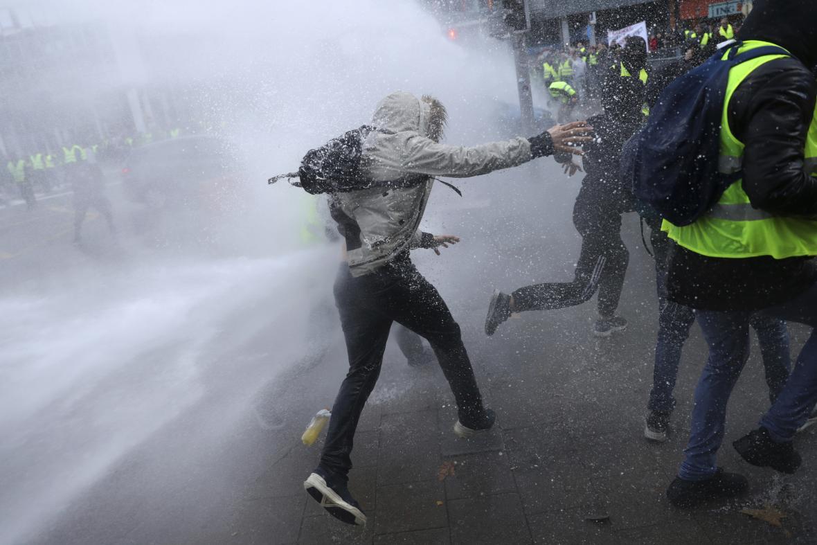 Protest v centru Bruselu se zvrhnul v potyčky s policií