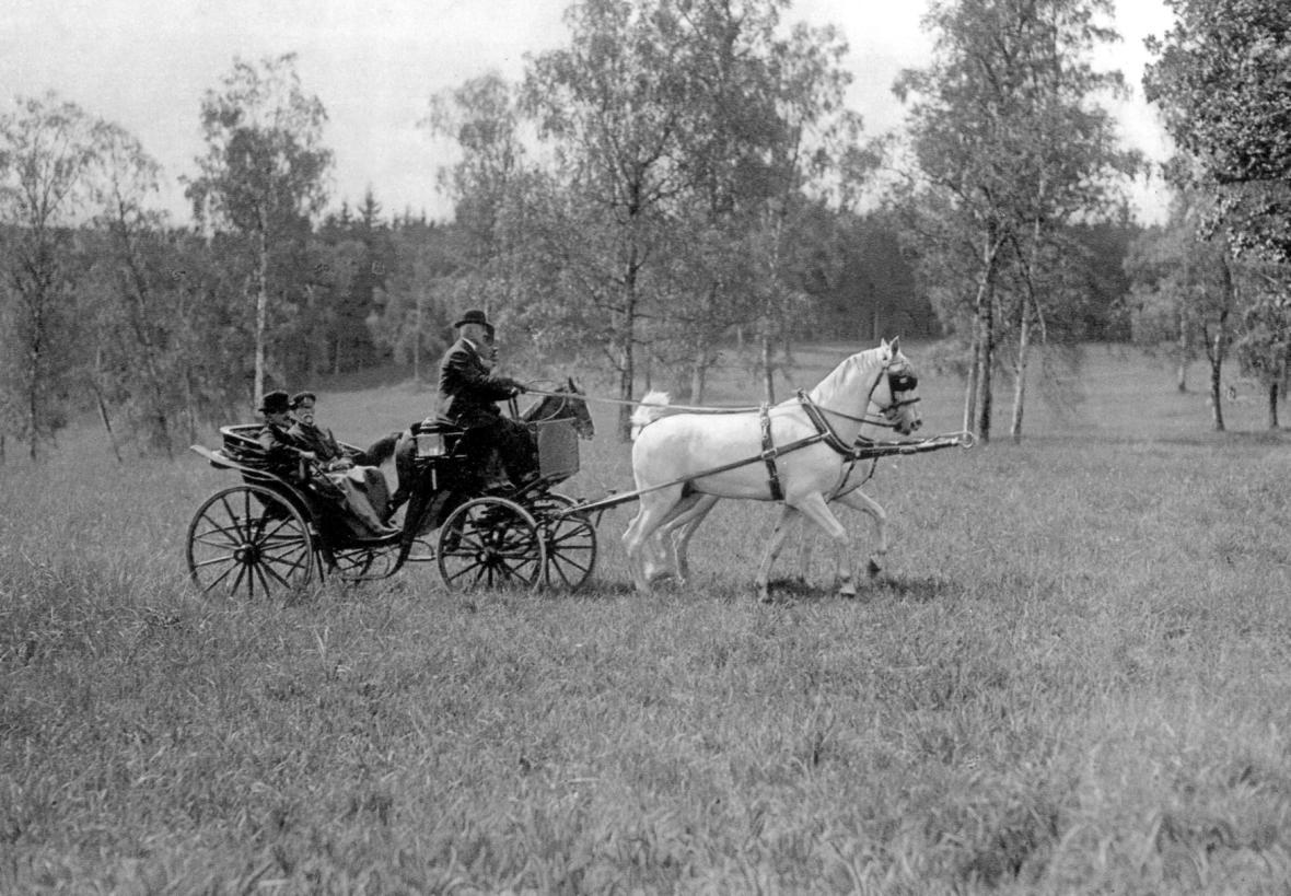 Král SHS Alexandr I. Karadjordjevič s prezidentem Tomášem Garriguem Masarykem na projížďce v Lánech v roce 1922