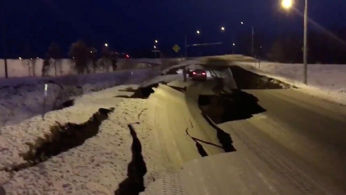 Poničená silnice na Aljašce
