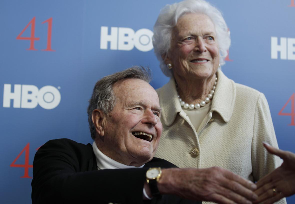 George Bush starší spolu se svou ženou, bývalou první dámou USA, Barbarou Bushovou, která zemřela letos v dubnu. Snímek je z roku 2012
