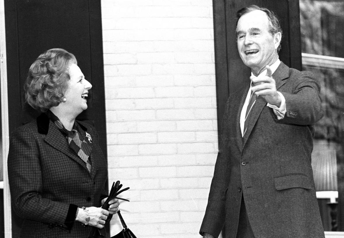 George Bush starší při setkání s tehdejší britskou premiérkou Margaret Thatcherovou v roce 1986.