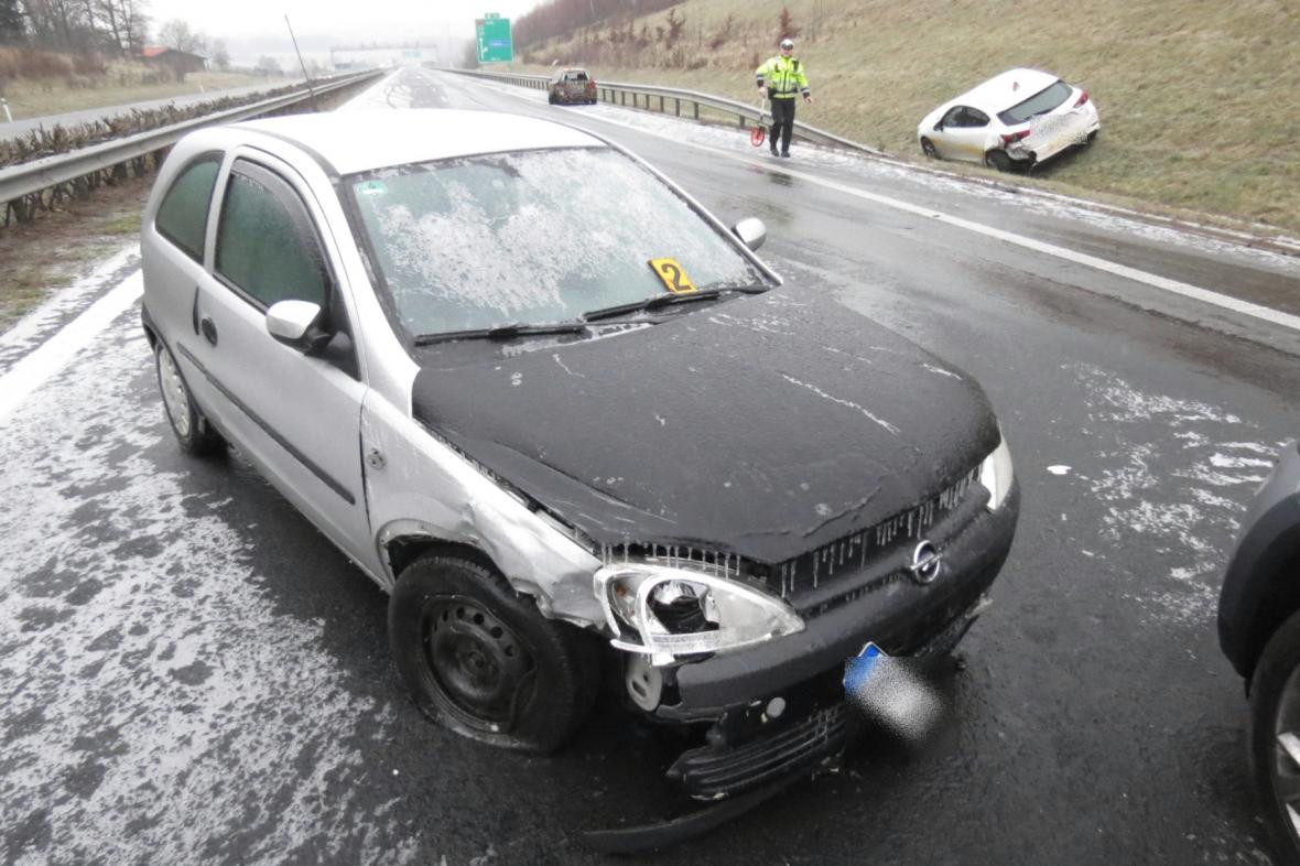 Ledovka trápila i Karlovarský kraj. Na snímku nehoda pěti aut na dálnici D6