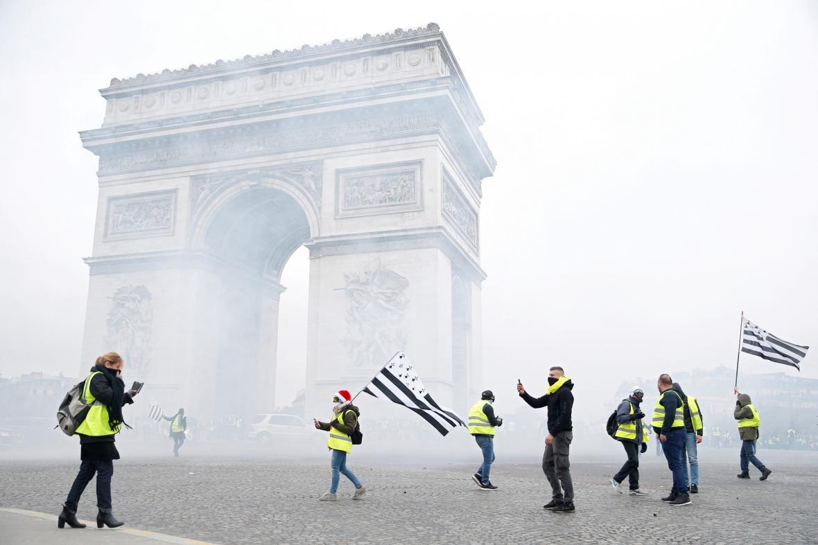 Slzný plyn a demonstranti u pařížského Vítězného oblouku