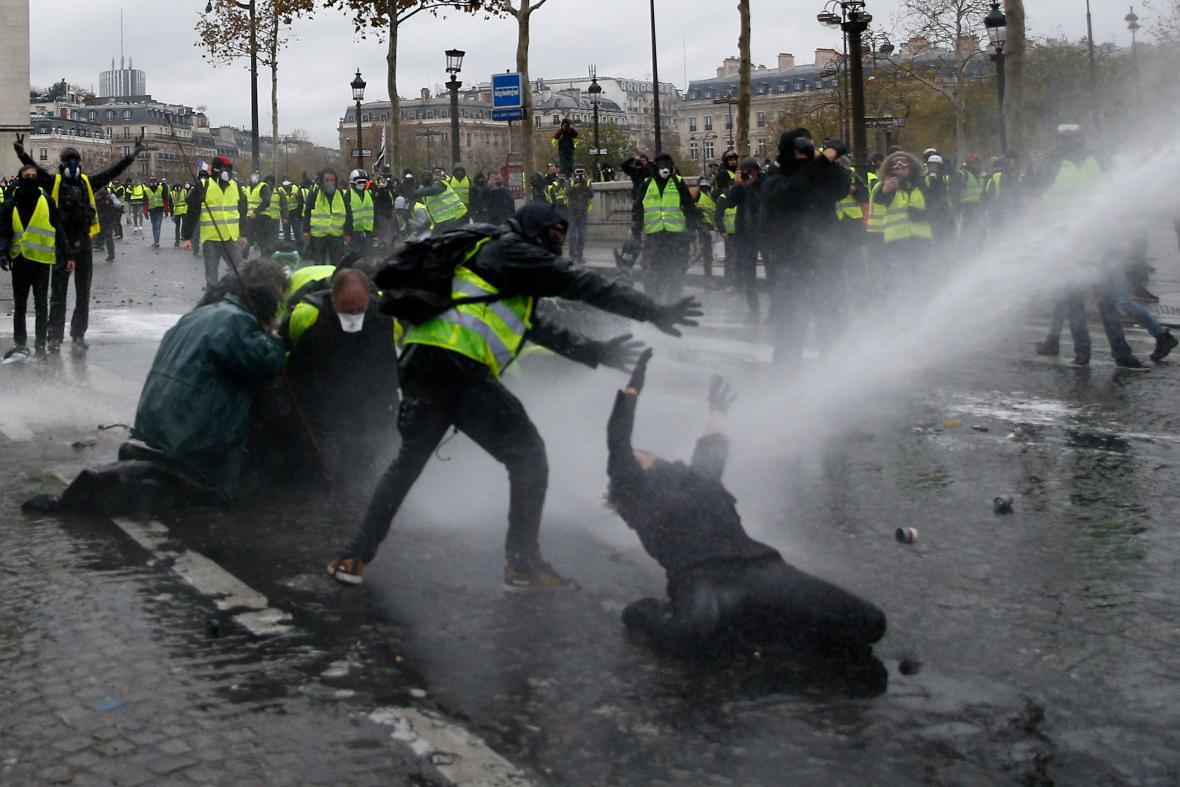 Střety demonstrujících s policií blízko Vítězného oblouku