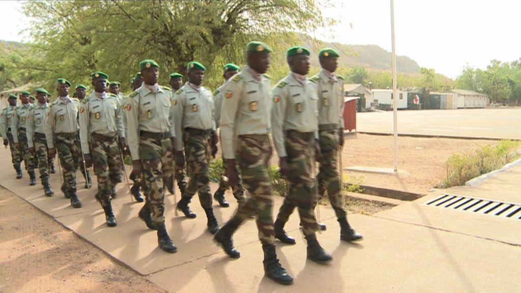 Příprava malijských rekrutů na výcvikové základně Kulikoro v březnu 2015