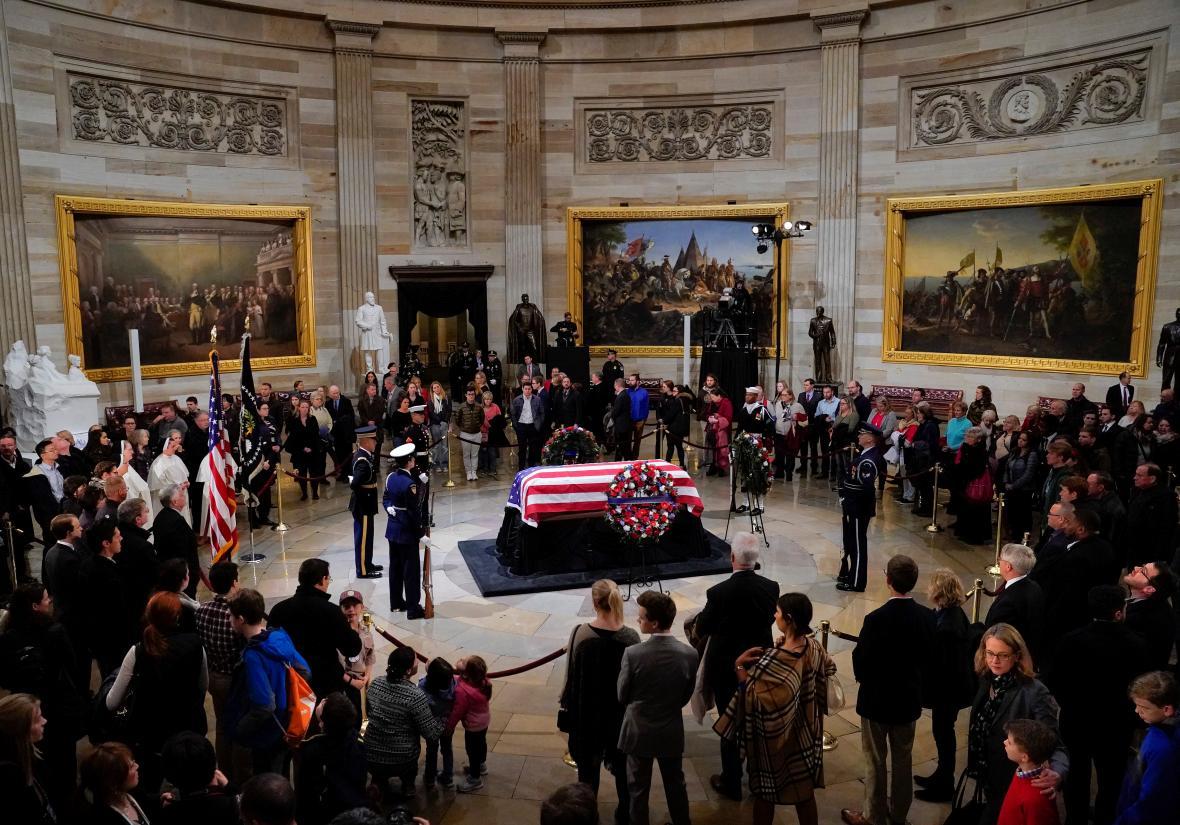 Lidé přišli do rotundy Kapitolu uctít památku George Bushe staršího