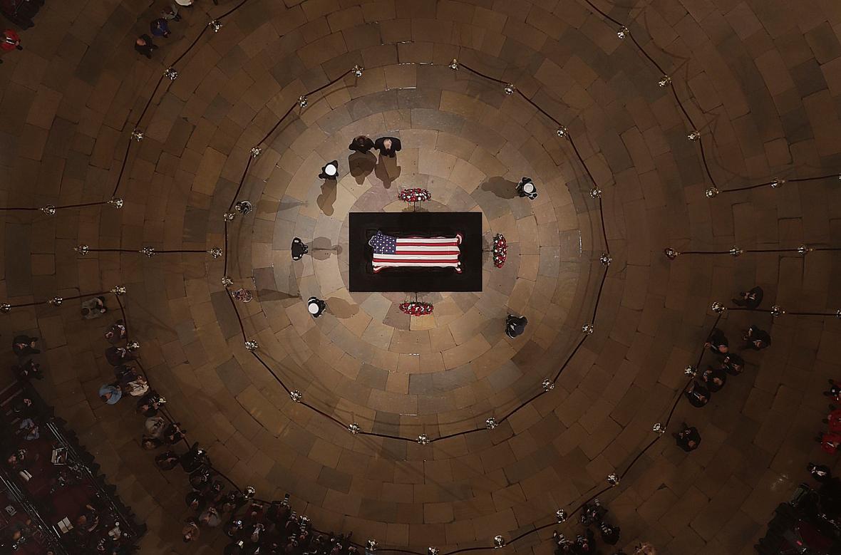 Donald Trump a jeho žena uctili památku George Bushe staršího