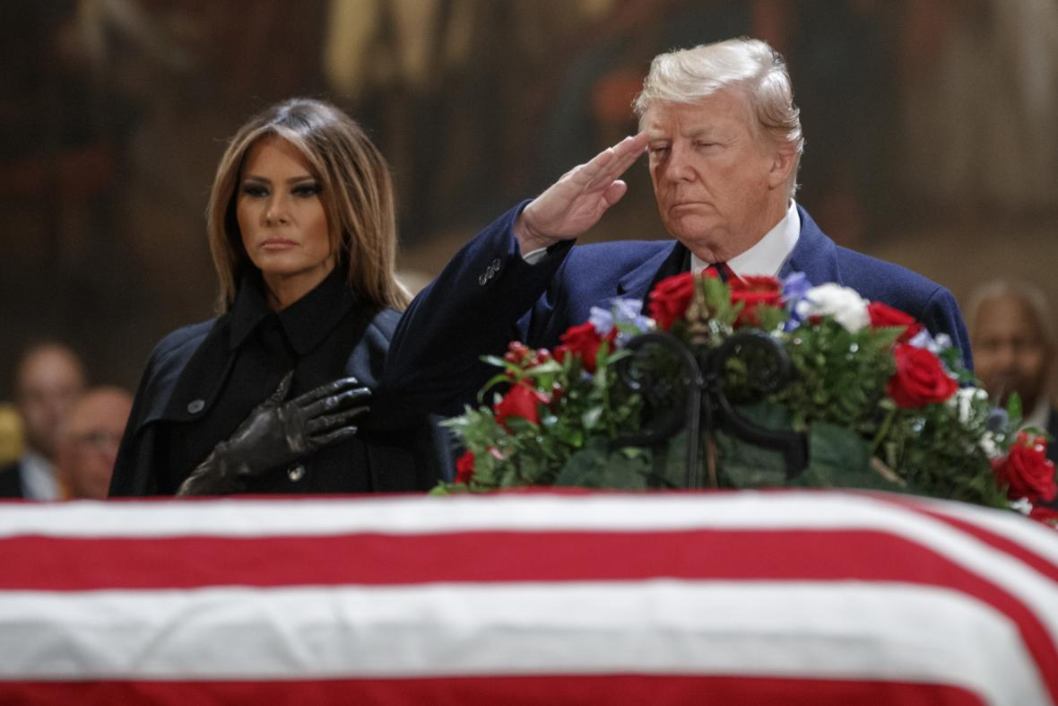 Melania Trumpová a Donald Trump u rakve George Bushe staršího