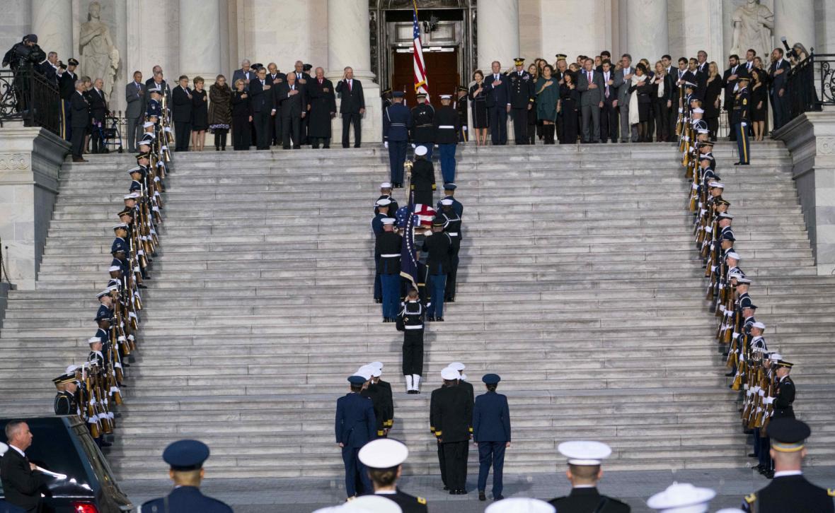 Čestná stráž nese rakev do rotundy Kapitolu