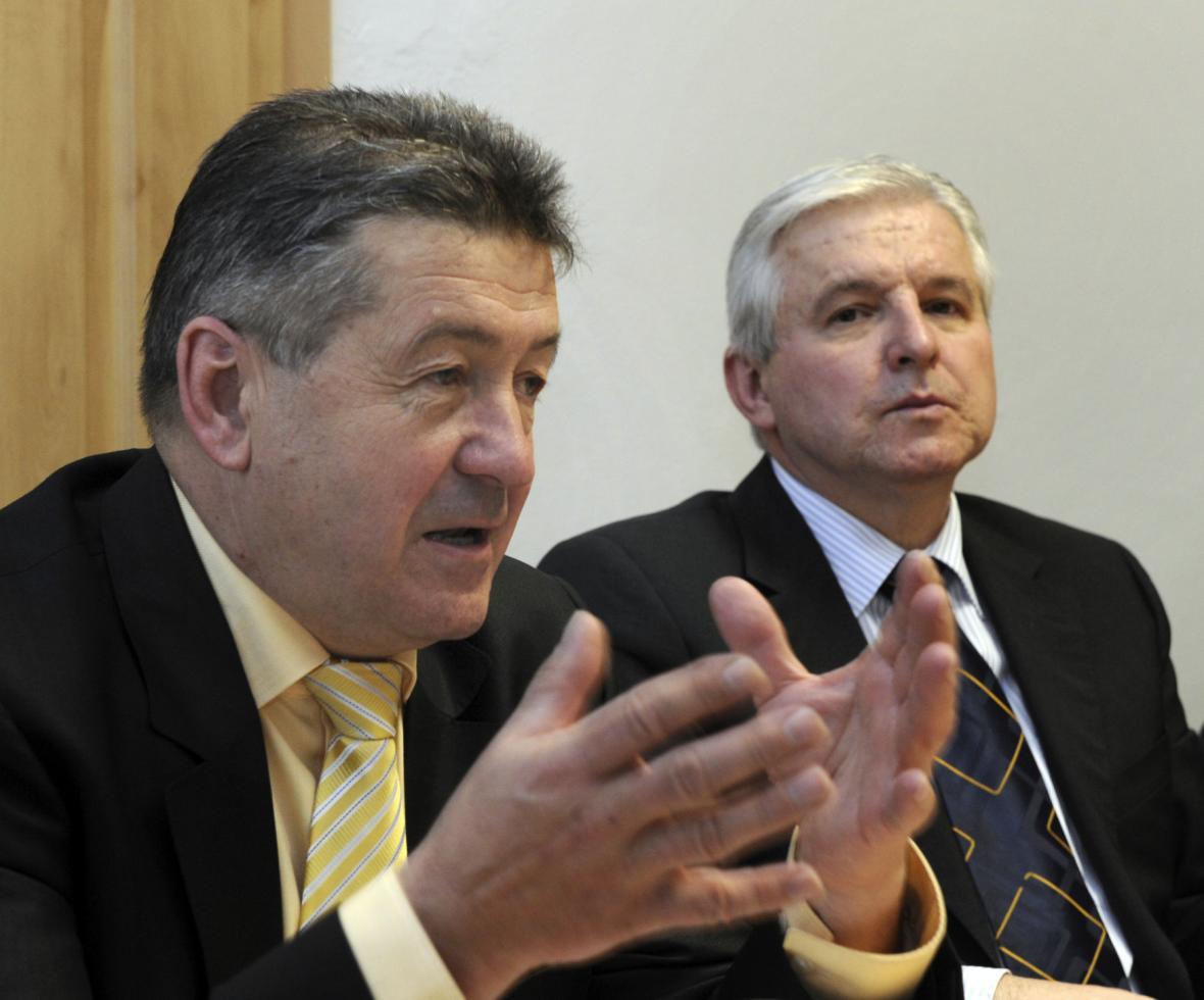 Tehdejší ministr průmyslu a obchodu v demisi Jiří Cienciala a premiér v demisi Jiří Rusnok v listopadu 2013