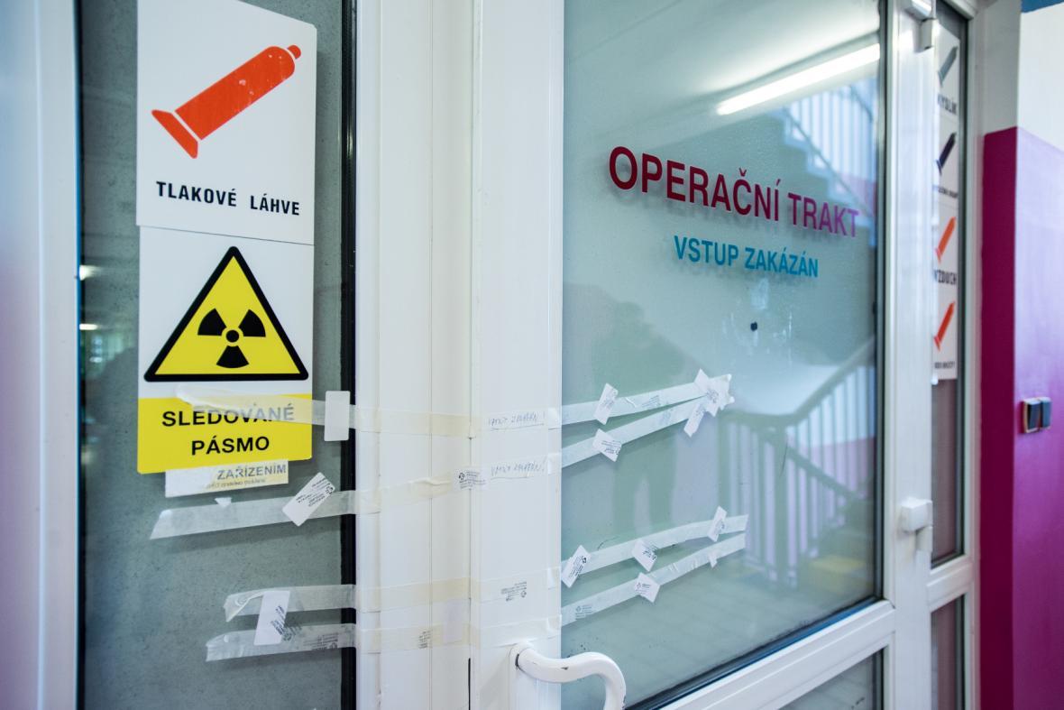 Zapečetěné dveře operačního traktu nemocnice ve Frýdlantu