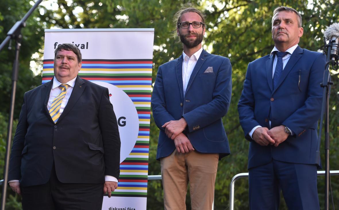 Předák sudetských Němců Bernd Posselt (vlevo), Jaroslav Ostrčilík a primátor Brna Petr Vokřál (vpravo) zdraví účastníky Poutě smíření 2. června 2018 v cíli na Mendlově náměstí