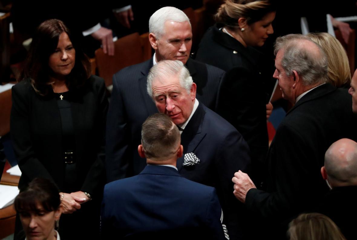 Britský princ Charles na pohřbu George Bushe staršího