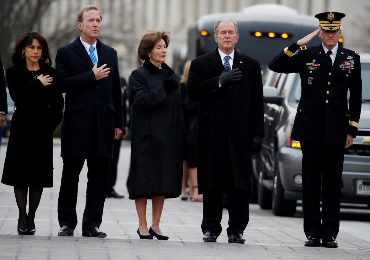 Rodina Bushových u převozu těla bývalého prezidenta George Bushe staršího z Kapitolu do Národní katedrály