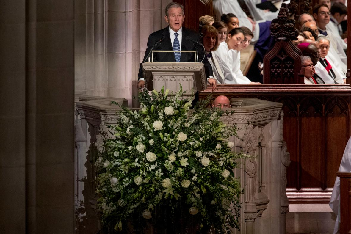 George Bush mladší svým projevem smuteční atmosféru několikrát odlehčil