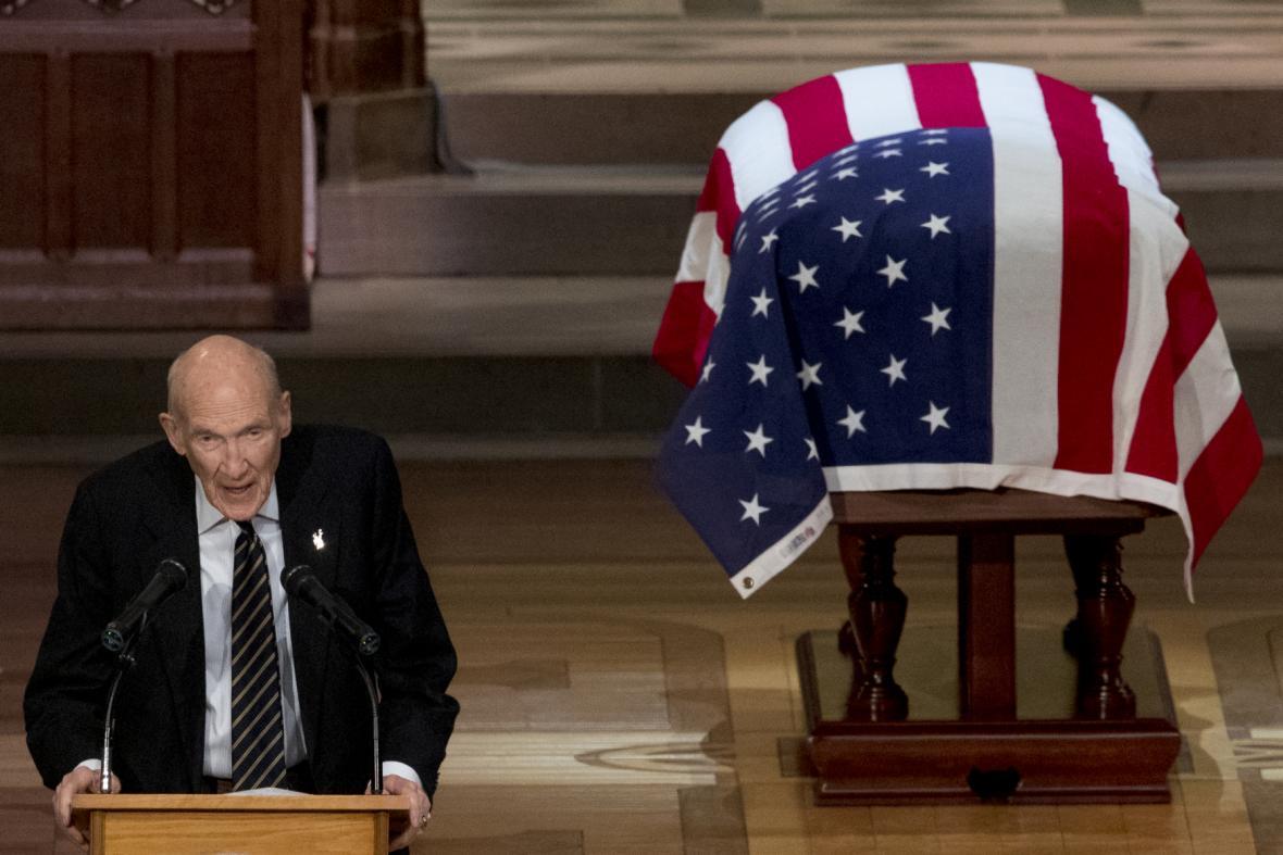 Bývalý senátor a Bushův blízký přítel Alan Simpson