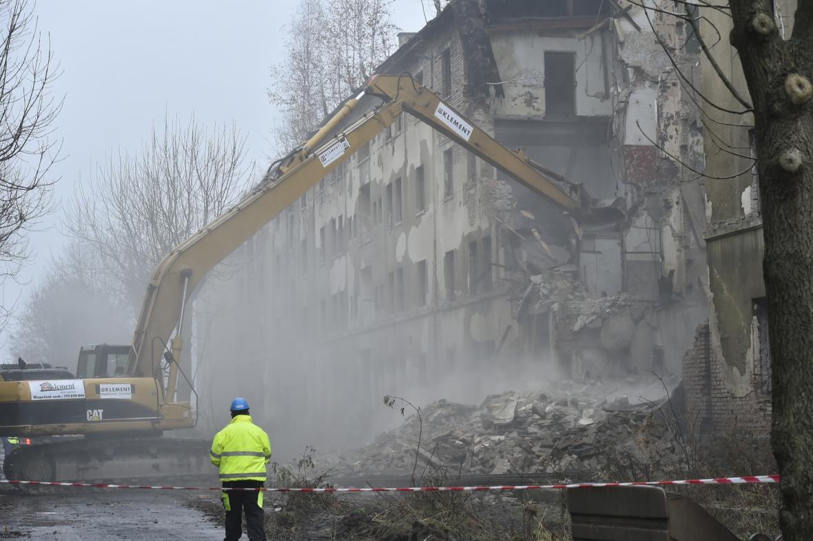Demolice domů v ulici Na Nivách