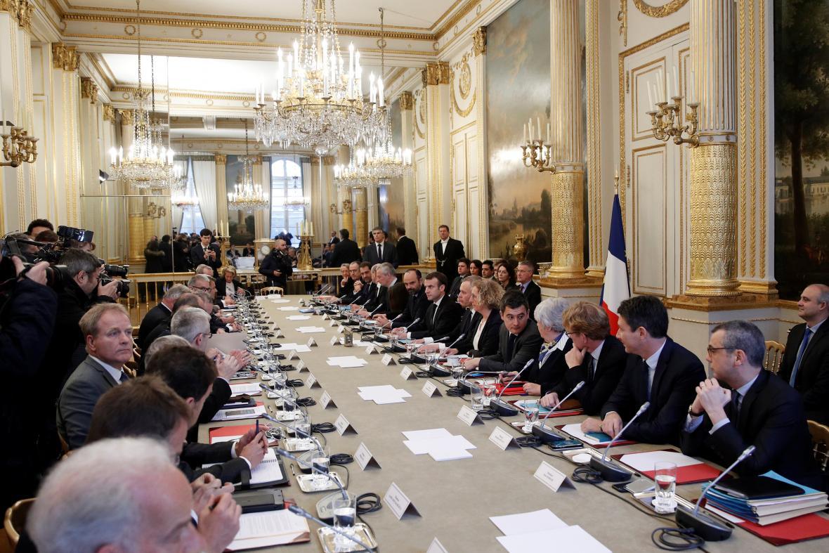 Prezident Emmanuel Macron se radil s odboráři i politickými špičkami