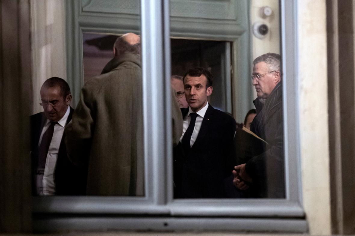 Prezident Emmanuel Macron v úterý večer na narychlo svolané schůzce u ministra vnitra