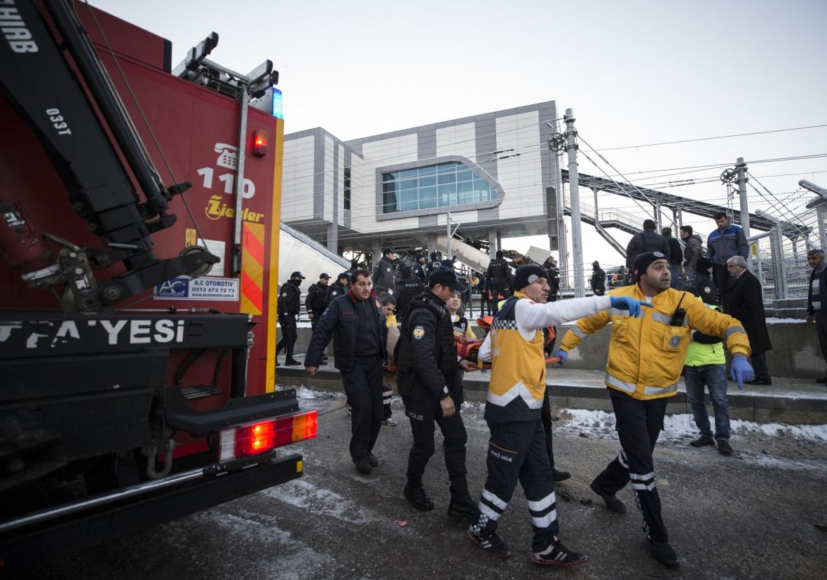 Záchranáři na místě nehody v Ankaře