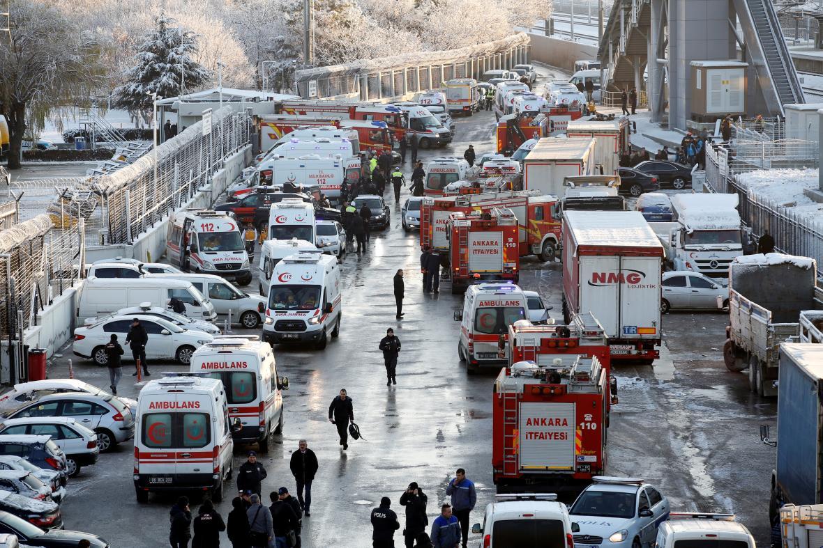 Okolí zaplnily vozy záchranných složek