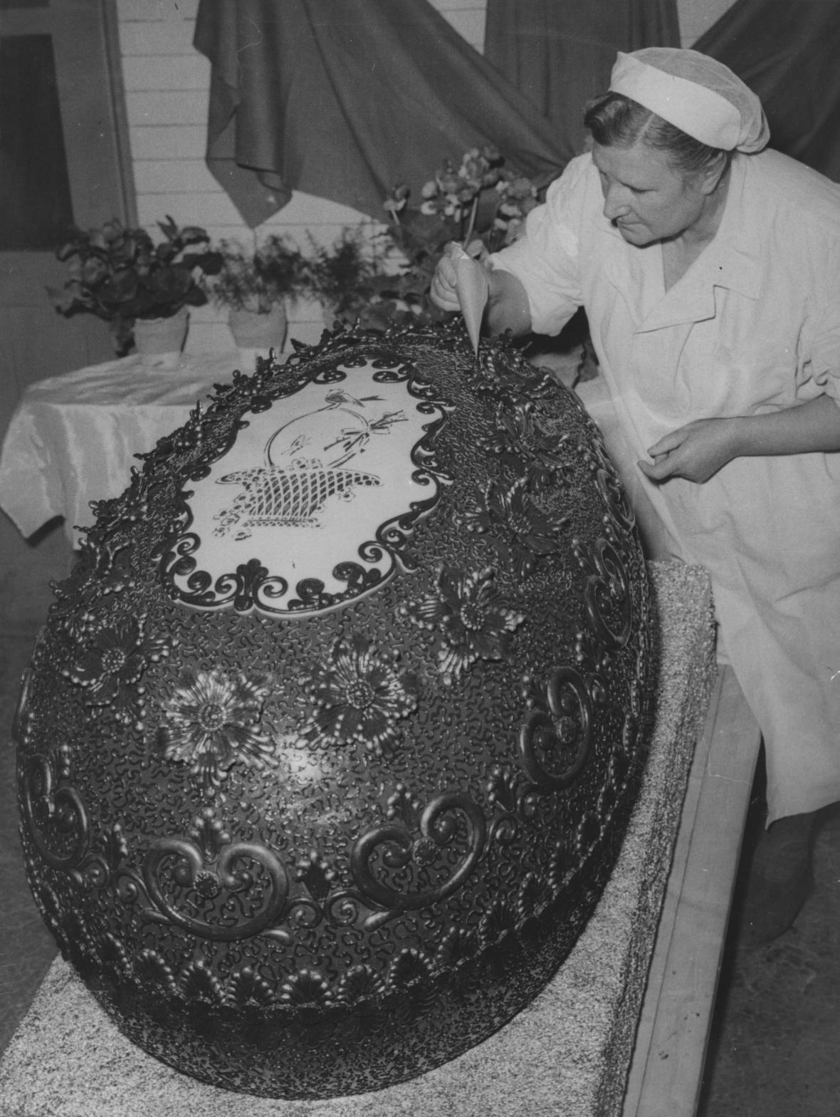Výroba velkého čokoládového vejce v Zoře