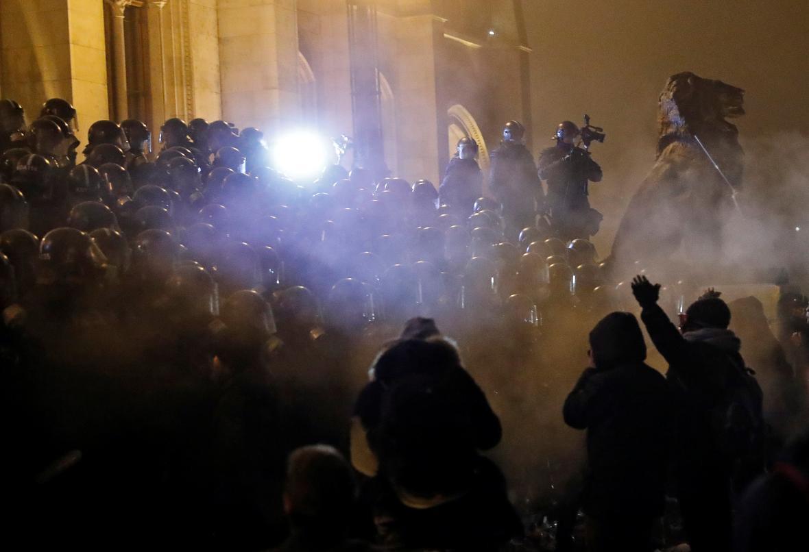 Policie v plynových maskách zasahuje proti demonstrantům v centru Budapešti
