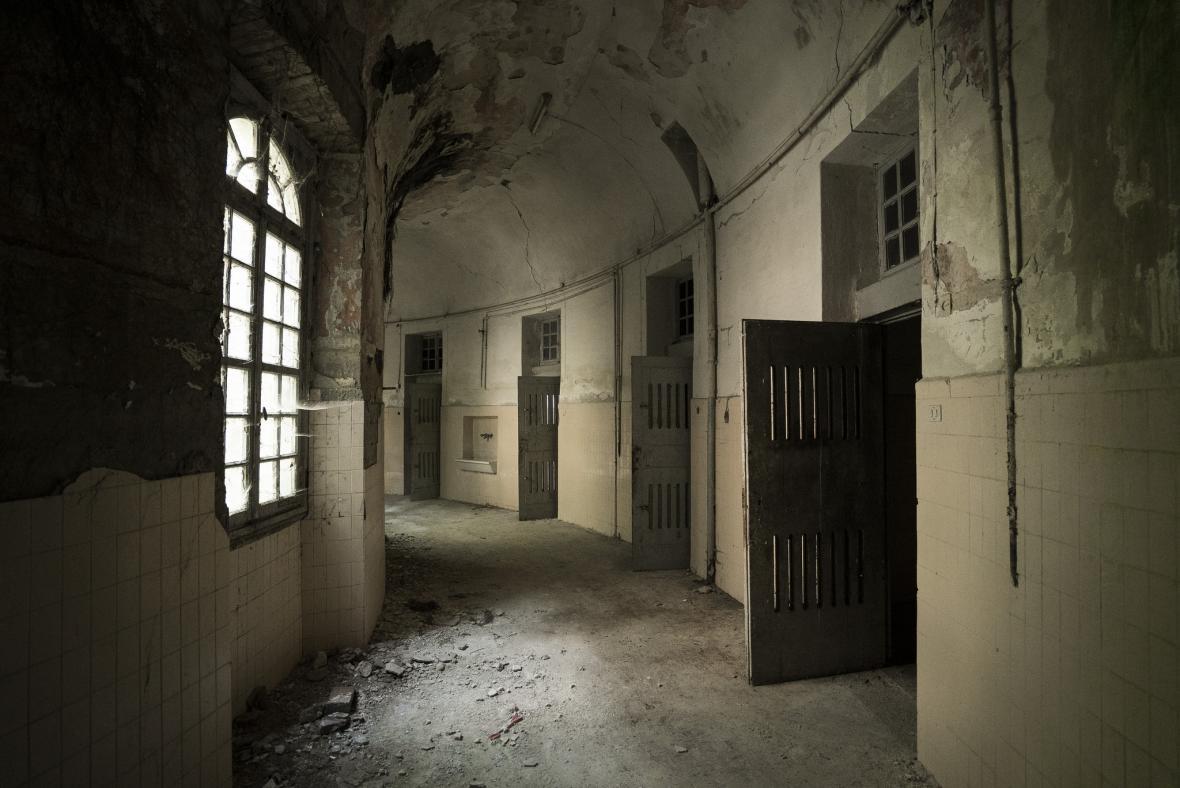 Jedn az mnoha opuštěných léčeben v Itálii. V půlkruhové chodbě byli umístěni agresivní pacienti.