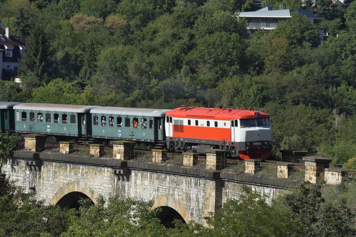 Bardotka s historickým vlakem