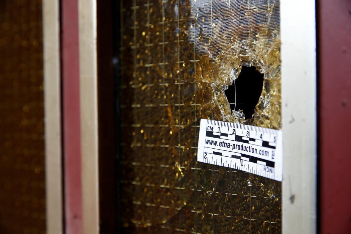 Díra po kulce v domě, u kterého byl zastřelen Chérif Chekatt