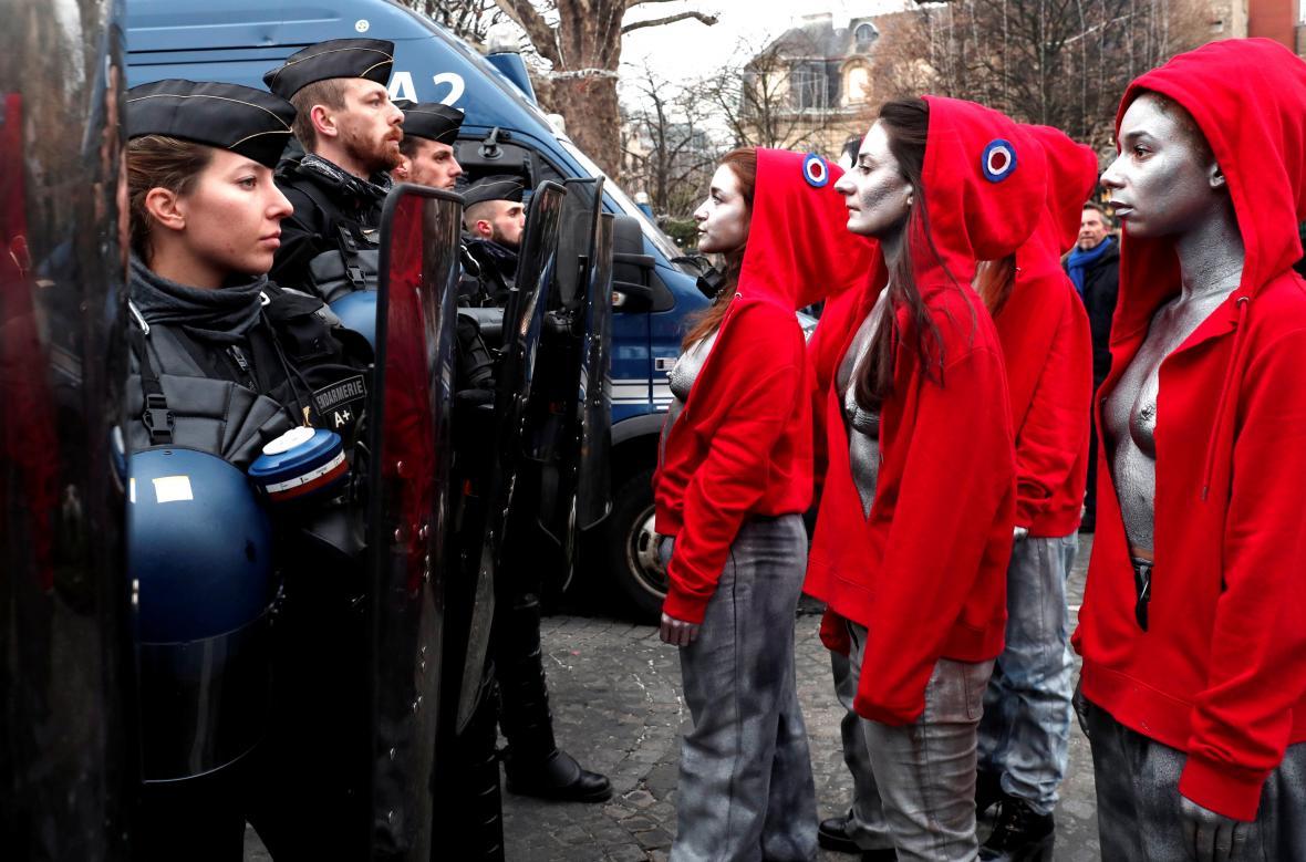 Policisté a protestující