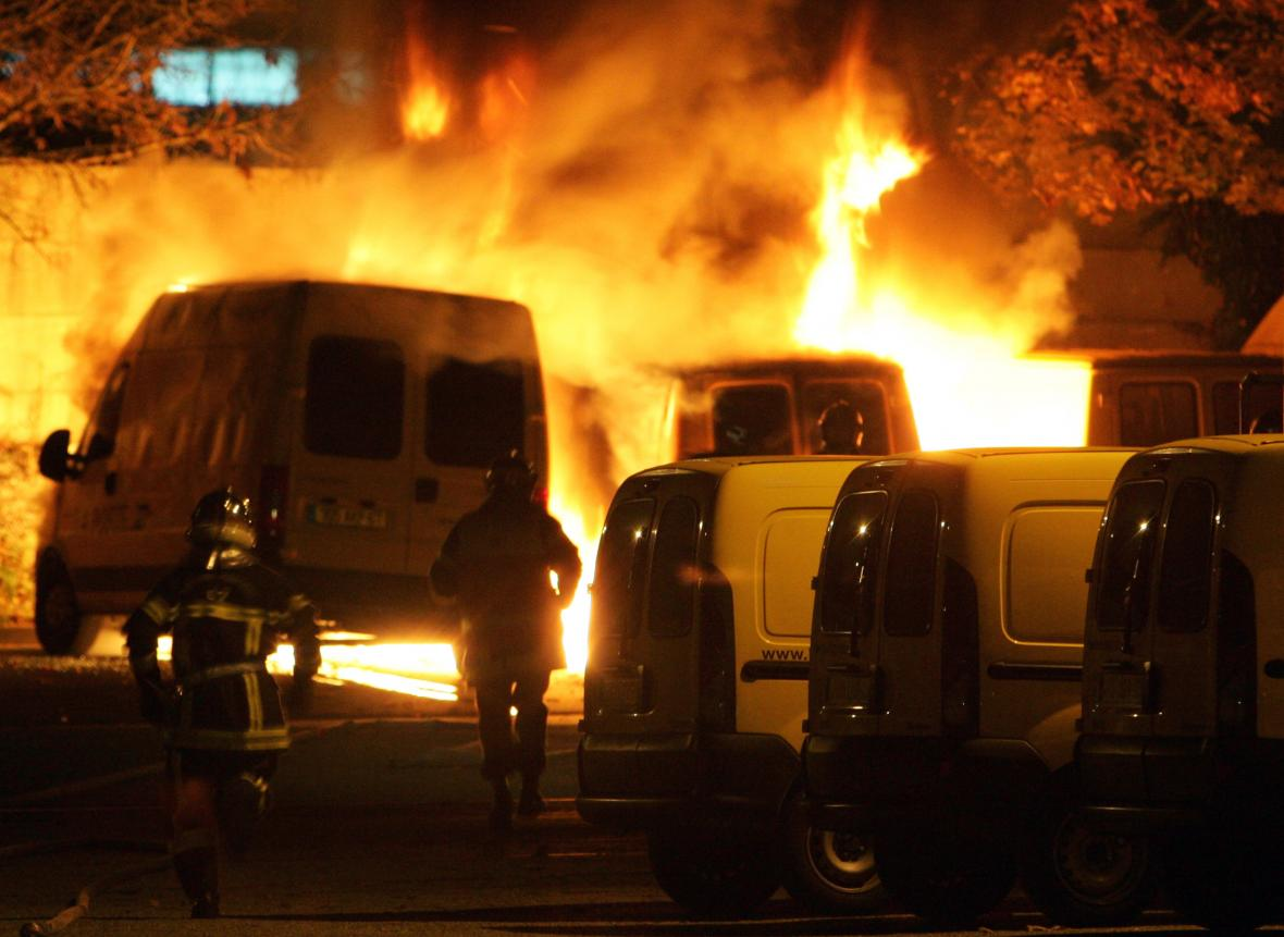 Zapálené auto po protestech v listopadu 2005 ve Štrasburku