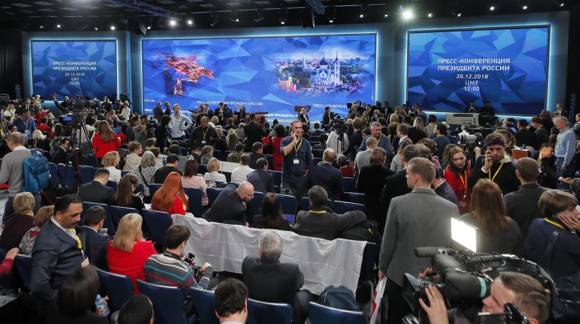 Sál s novináři očekávajícími tiskovou konferenci Vladimira Putina