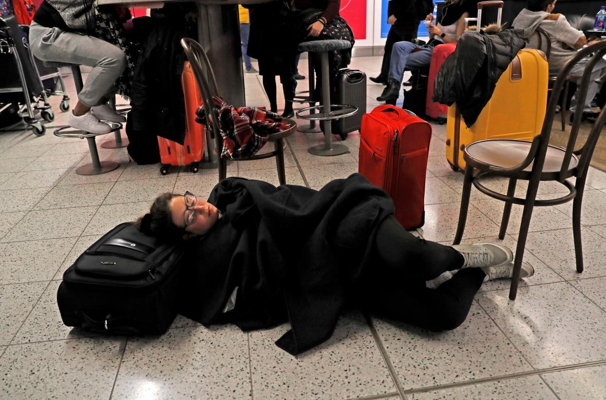 Cestující spí na uzavřeném letišti Gatwick