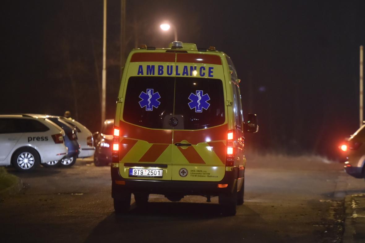 Sanitka odjíždí z areálu Dolu ČSM