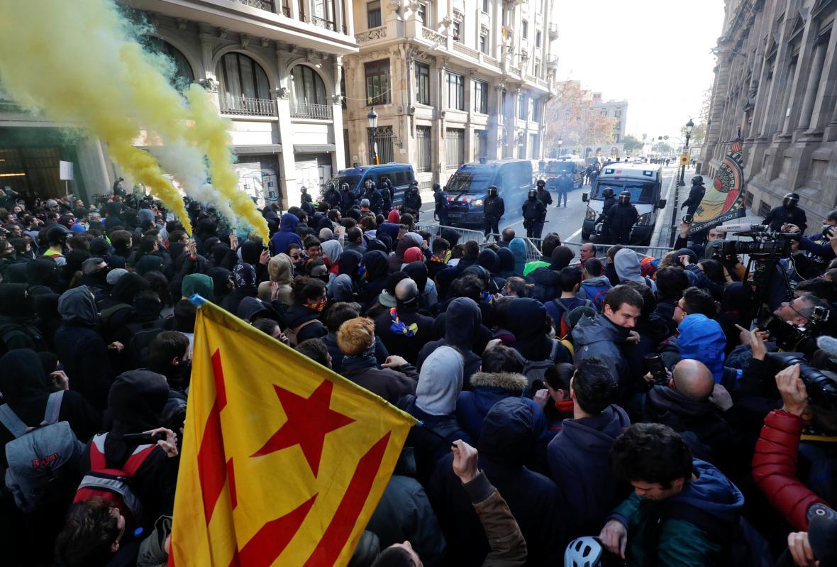 Demonstranti se v Barceloně střetli s policií