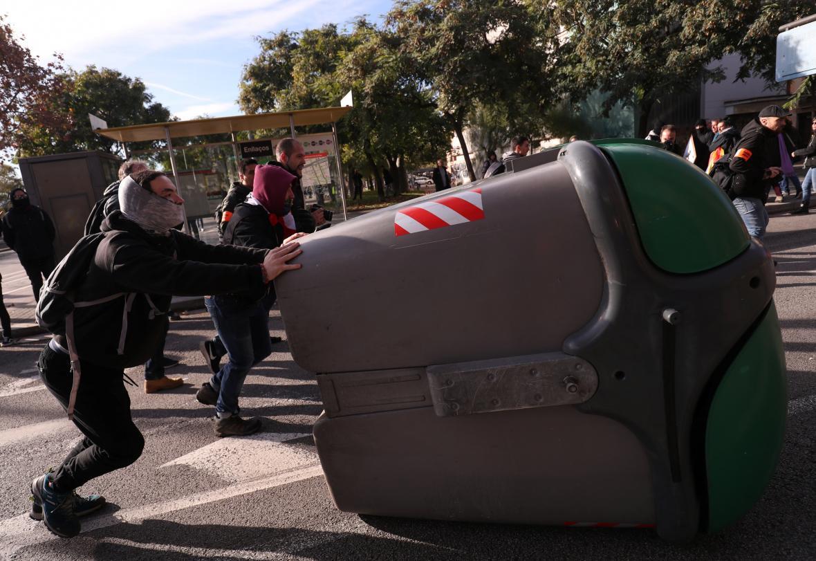 Někteří demonstranti převraceli popelnice
