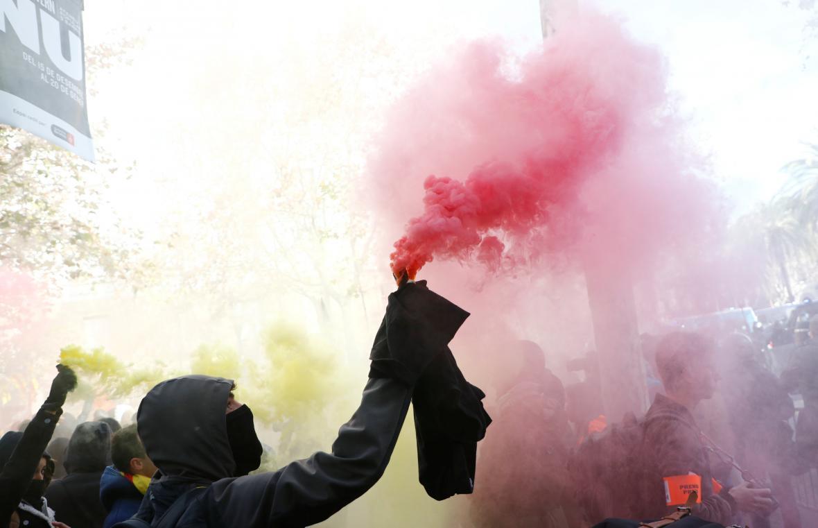 Proti radikálům zasahovala v Barceloně policie