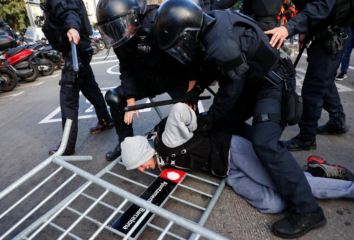 Zásah proti demonstrantům v Katalánsku