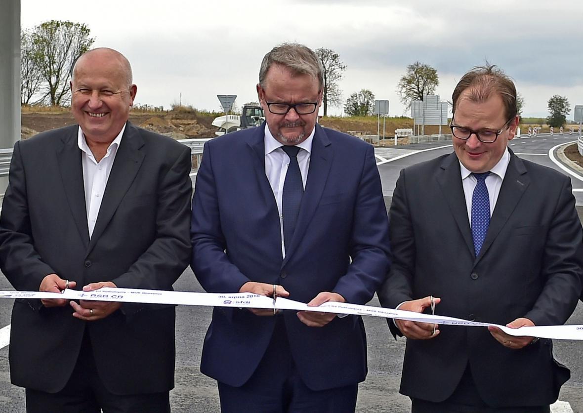 Ministr dopravy Dan Ťok (uprostřed), hejtman Ústeckého kraje Oldřich Bubeníček a ředitel ŘSD Jan Kroupa v srpnu otevřeli úsek dálnice D7 mezi Postoloprty a Bitozevsí