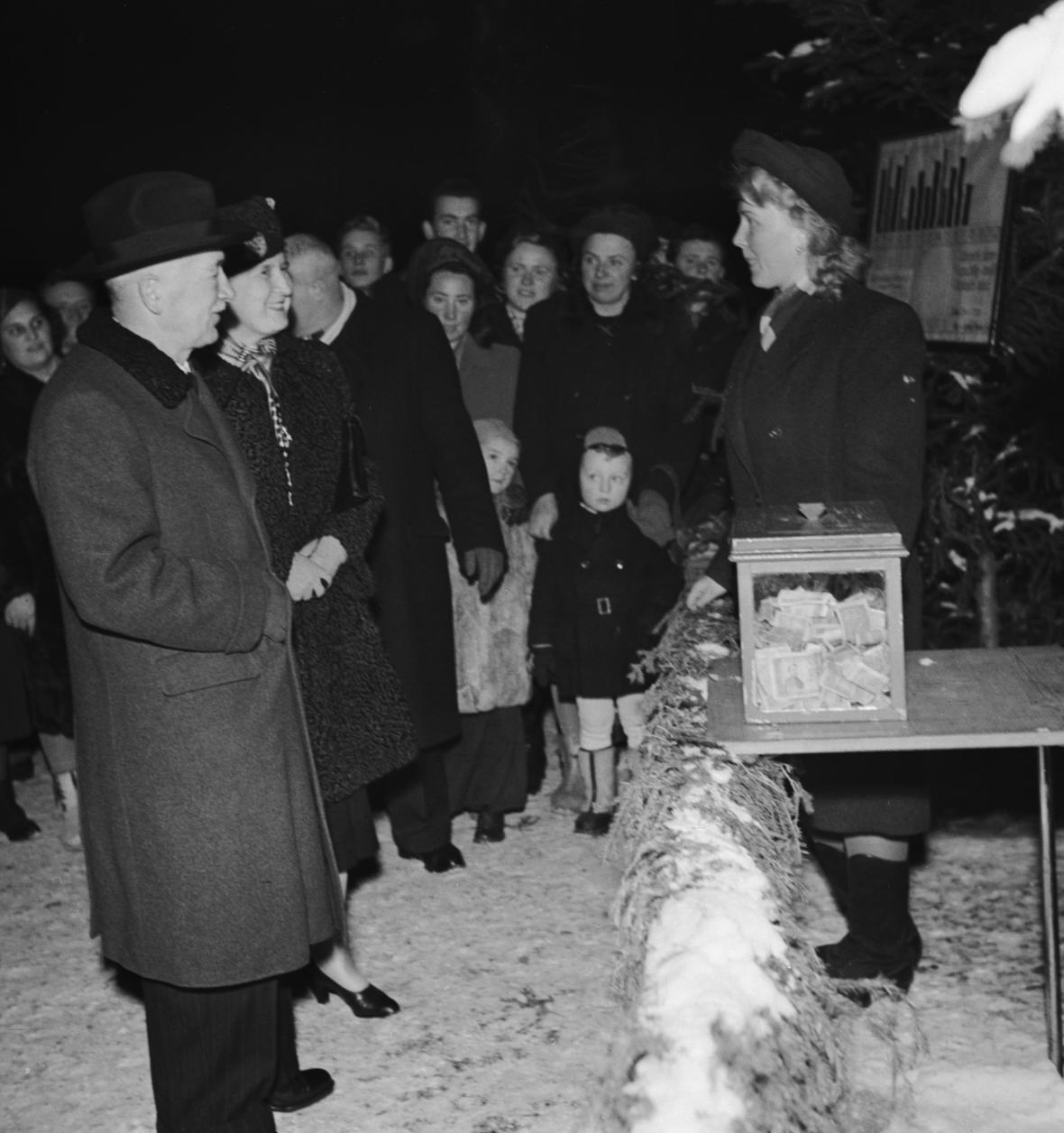 Prezident Edvard Beneš se s manželkou na Staroměstském náměstí u Vánočního stromu republiky, prosinec 1947