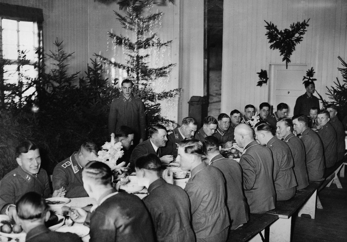 Adolf Hitler slaví Vánoce s vojáky, 27.12. 1939
