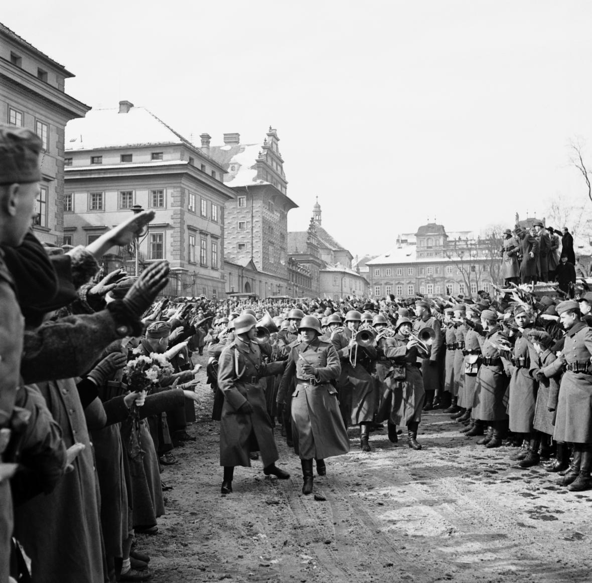 Němečtí okupační vojáci na prostranství před Pražským hradem