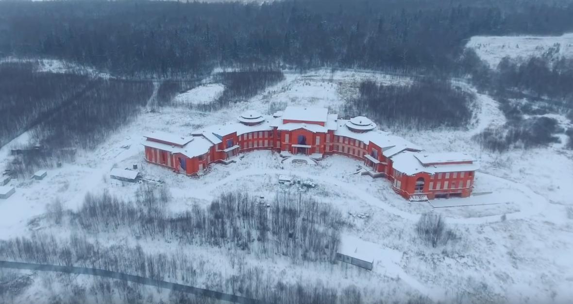 Dům u Pestovské vodní nádrže, který podle Alexeje Navalného patří Andreji Klišasovi